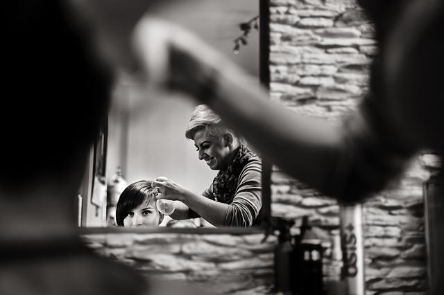 reportaż ślubny - przygotowania u fryzjera