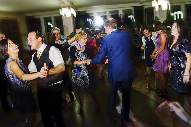 zdjęcia tańczących gości