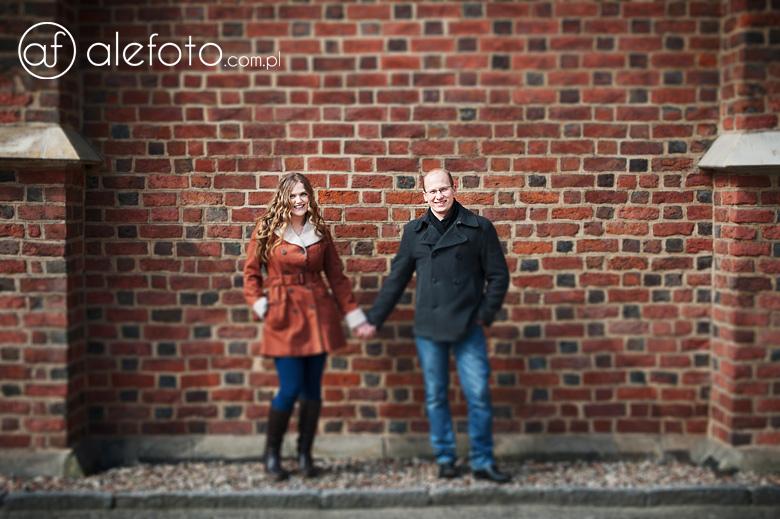 Ania i Michał - zdjęcie przy ceglastej ścianie