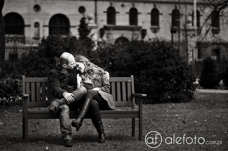 zdjęcie pary zakochanych w parku śródmiejskim we Wrocławiu