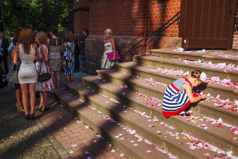 dziewczynka z płatkami na ślubie