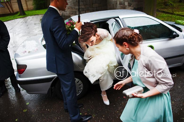fotograf na ślub w Ząbkowicach - wejście do kościoła