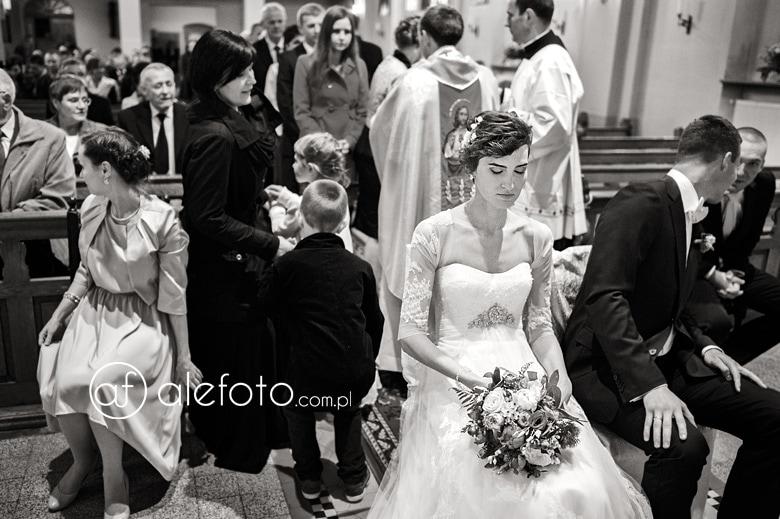 zdjęcie ze ślubu kościelnego - zamyślona świeżoupieczona żona