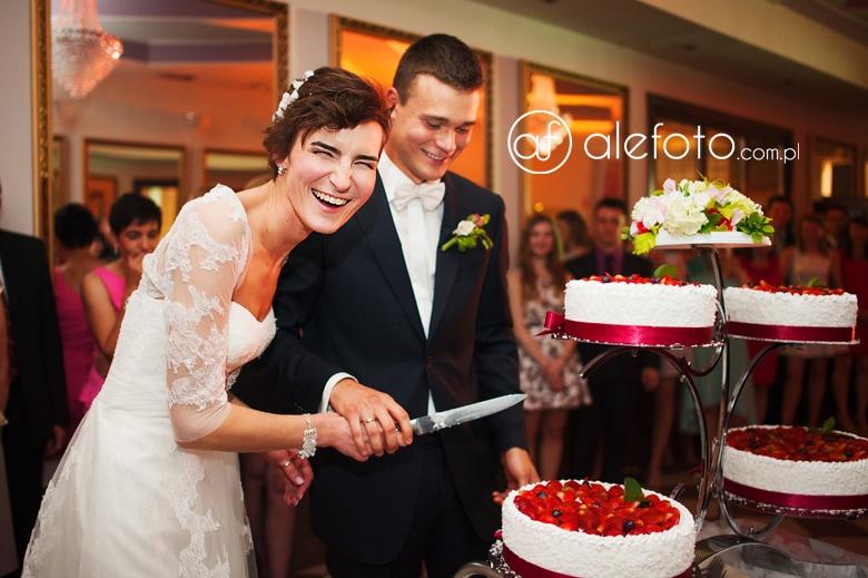 tort ślubny i niezmiernie wesoła Kasia