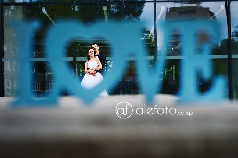 plener ślubny z napisem love