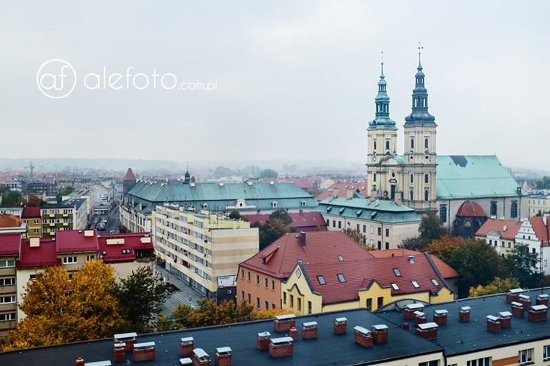 widok z wieżowca na kościół św. Jana w Legnicy