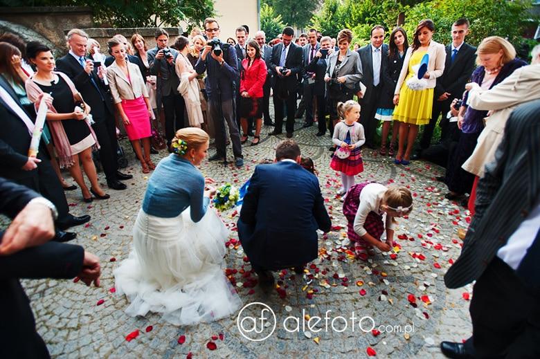 goście ślubni przed kościołem