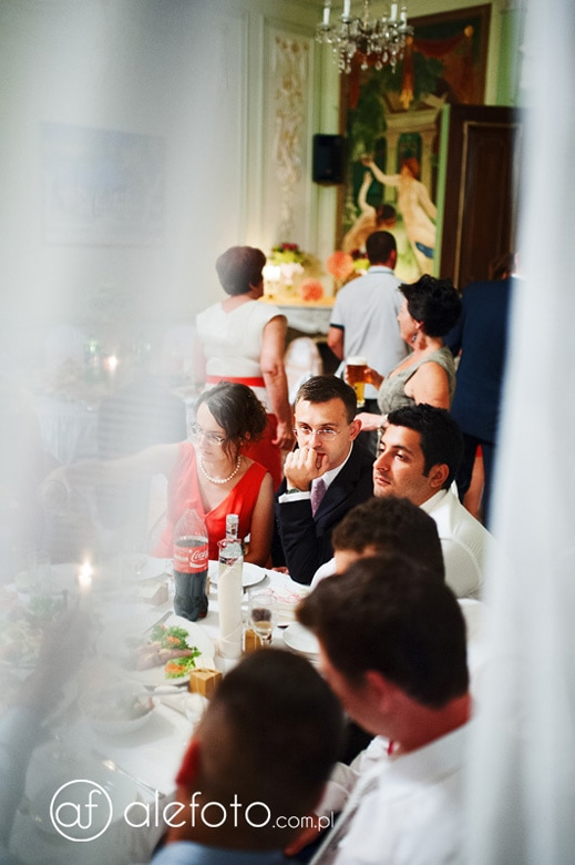przy stole weselnym