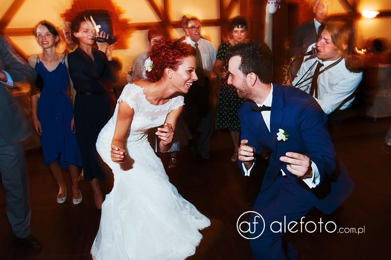 energetyzujący taniec młodej pary
