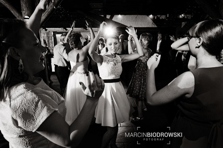 taniec na zdjeciach czarno-białych