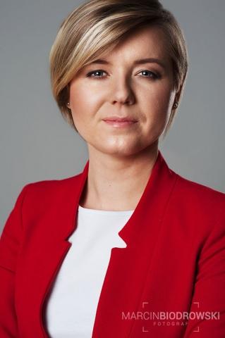 portret biznesowy w czerwieni