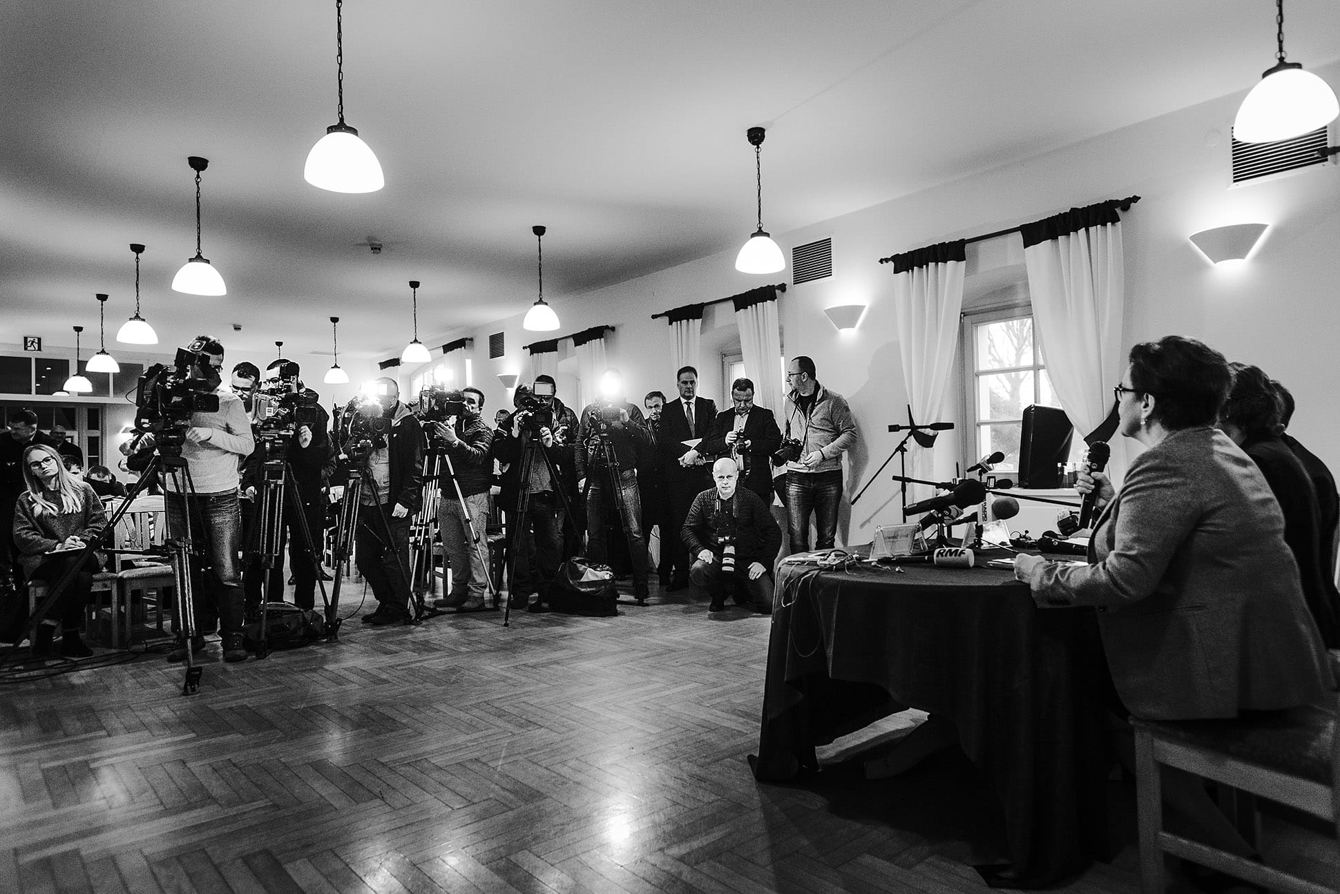 Fotograf na konferencji prasowej – powrót do korzeni