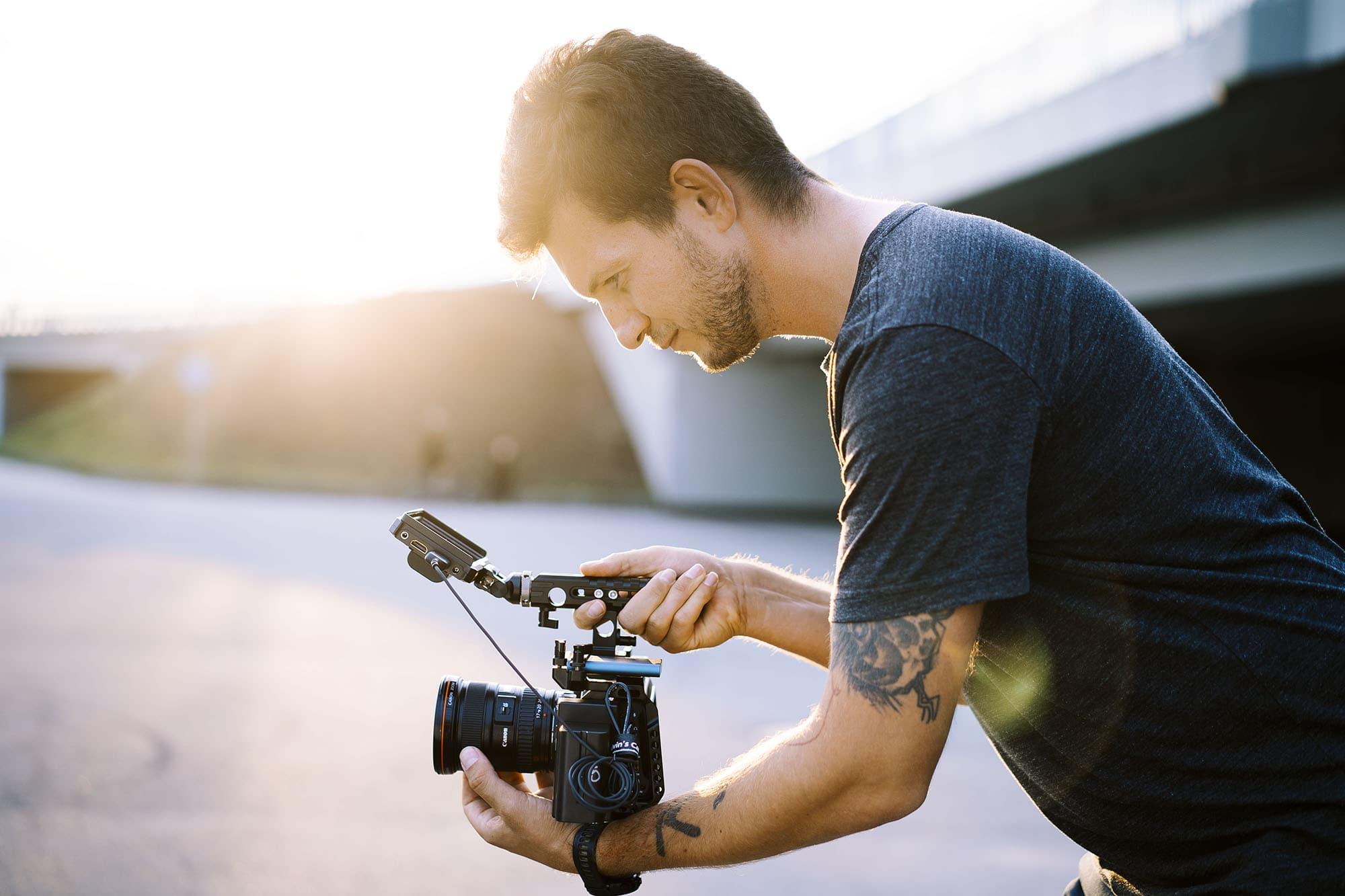 Portrety w stylu reportażowym – zdjęcia filmowca i fana deskorolki